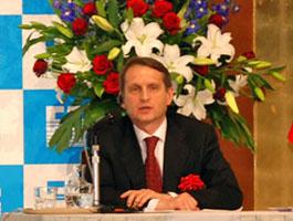 講演後、質疑応答を行なうセルゲイ・ナルィシュキンロシア連邦大統領府長官