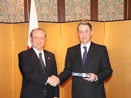 理事長とアヴデーエフ・ロシア文化大臣(右)