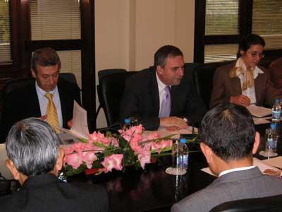 カルファン・ブルガリア外相との会談に臨む第13次FEC欧州経済事情等調査団一行=平成18年10月11日、ブルガリア外務省において