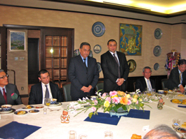 挨拶をするカラマトフ駐日ウズベキスタン大使
