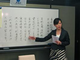 インターネット上の投稿詩の説明をする姫田小夏講師