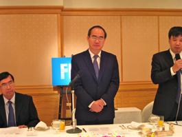 挨拶をするグエン・ティエン・ニャン・ベトナム副首相