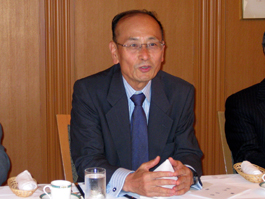 講演する孫崎享元外務省国際情報局長