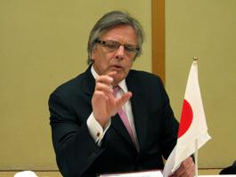 講演するグロブラー駐日南アフリカ共和国大使