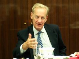 講演するロバート・ルーク在日米国大使館政務担当公使