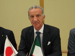 講演するペトローネ駐日イタリア大使