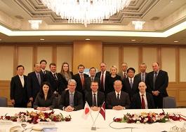 リンケービッチ・ラトビア外務大臣を囲んで記念写真を撮影
