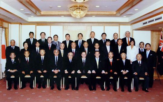閉会後のキーNZ首相を囲んで内藤FEC副会長・リンナイ(株)取締役会長(左)等らFEC役員らとの団体記念写真