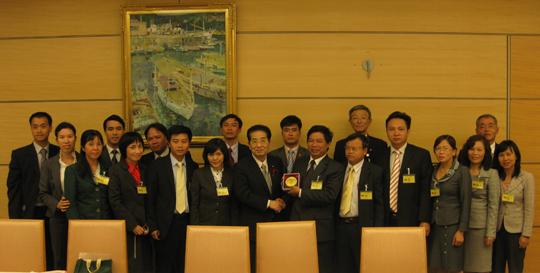 仙谷由人内閣官房長官(中央)とベトナム共産党次期幹部候補訪日団一行