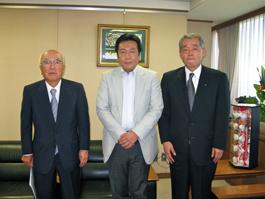 枝野幸男民主党幹事長と埴岡FEC理事長、荒木FEC副会長