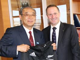 生田正治団長(左)とキー・ニュージーランド首相