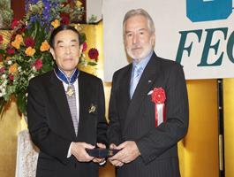 金川千尋FEC会長に勲章を伝達するサントス・ニカラグア外相