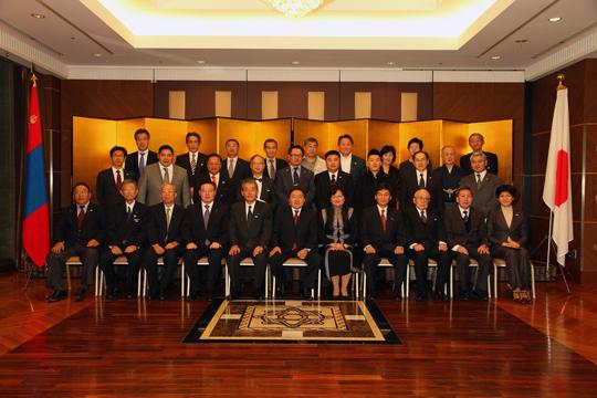 閉会後のエルベグドルジ・モンゴル大統領を囲んでFEC役員・会員らとの団体記念写真