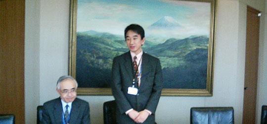 立ってあいさつする垂外務省南東アジア1課長と中嶋同課地域調整官