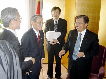 カラ副大統領(右)にあいさつの千野監事と湯下日アセアン委員長代行