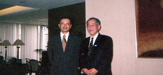 ラジ駐日マレーシア大使と会談の埴岡副理事長(在日マレーシア大使館で)