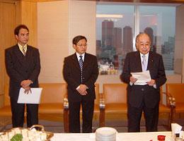 開会に際してあいさつの稲森団長(右)とリドゥワン在日インドネシア大使館参事官(中央)、シギット同大使館二等書記官(左)