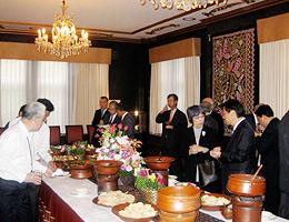 インドネシア料理を賞味し歓談のFEC役員と大使館幹部
