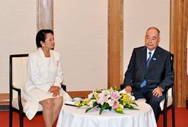アロヨ比大統領と稲森俊介日アセアン文化経済委員長の個別会談
