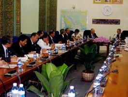 キアット・チョン・カンボジア副首相と会談の調査団一行