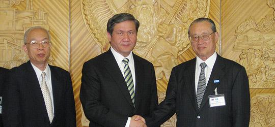 エンフバヤル大統領と会談を終えた松澤団長(右)
