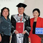 モンゴルで最大の私立大学のオトゴンテンゲル大学での名誉博士号授与式