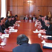 外交貿易大臣と会談の調査団一行