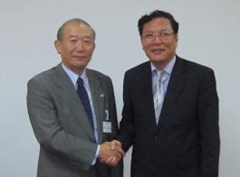 中垣喜彦団長(左)ルアン教育訓練大臣(右)