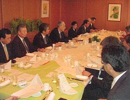 FEC役員、会員の企業代表者と意見交換、岡崎久彦岡崎研究所理事長(左から4人目)=ホテルオークラ東京にて