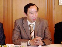 中国の実情を詳しく述べる清水講師