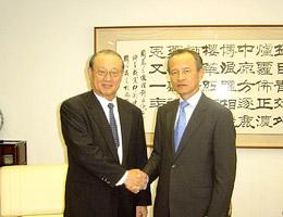 崔大使と握手の松澤副会長(左)