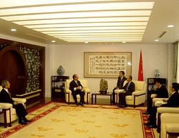 崔大使の歓迎あいさつを受ける松澤FEC副会長(左)