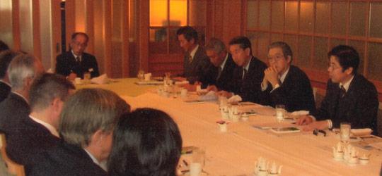 講演の庄司教授(右端)、その左は久米元駐ドイツ大使