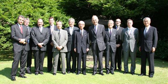 駐日フランス大使公邸の中庭で大使を囲んで記念撮影(中央・河野俊二FEC日欧委員長、その右がリデック大使)