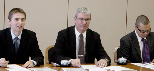 ラトビア情勢の説明と政府を代表して第14次FEC訪欧団の訪問の歓迎の意を表す駐日ラトビア大使(中央)