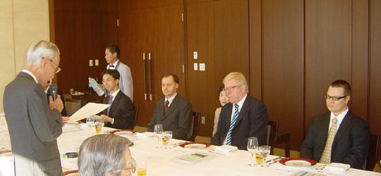 ホストとして立ってあいさつの河野修二FEC日欧文化経済委員長と3カ国大使(右)(三菱クラブにて)