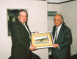 大使に記念品を贈る藤田副会長
