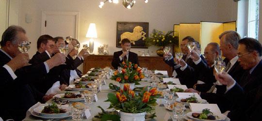 デア大使の発声で乾杯するFEC役員等出席者=大使公邸にて