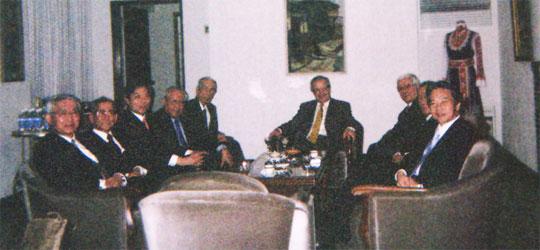 食後にセンドフ大使(中央)を囲んで歓談の河野FEC日欧委員長(その左)とFEC役員(大使公邸の応接間で)
