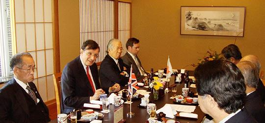 あいさつするウォレン駐日英国大使(左から2人目)、藤田日欧文化経済委員長ら(右側)