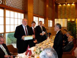 懇談を終えて首相と記念品を交換する埴岡理事長