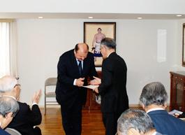 クリニチ大使から埴岡理事長にティモシェンコ首相からの書状が手渡される=在日ウクライナ大使館