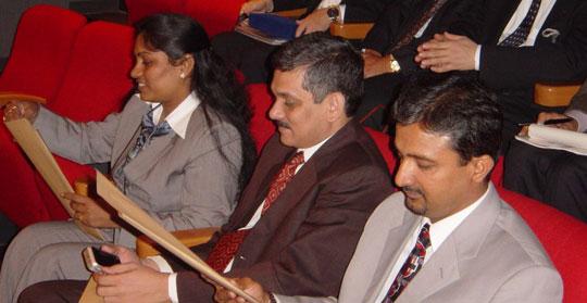 凸版印刷株式会社本社・小石川ビルVRシアターにて説明を受けるインド工業連盟メンバー