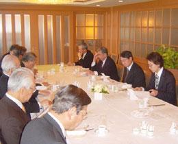 講演する門倉貴史氏(右端)とFEC日印文化経済委員ら