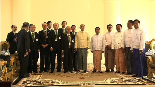 テイン・セイン大統領(中央)及びミャンマー政府閣僚と第14次FECアセアン訪問団団員一行