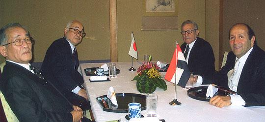 右側手前がバドル駐日エジプト大使、その隣がレディ・エジプト外交評議会議長、左から2人目は片倉邦男元駐エジプト大使=東京全日空ホテル3階「雲海」