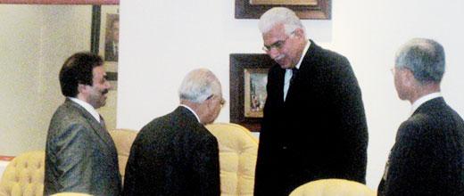 エジプト首相との会談を前にあいさつする藤田団長(左から2人目)、三好副団長(右端)