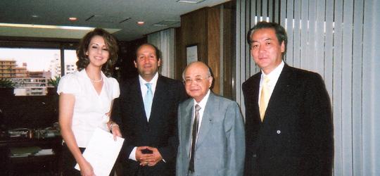 ダリヤ・ハムダ氏に寄付金目録を贈呈の藤田弘道FEC副会長(右から2人目)その左がバドル大使=在日エジプト大使館