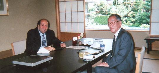 バドル大使と懇談する埴岡副理事長=ホテルオークラ東京