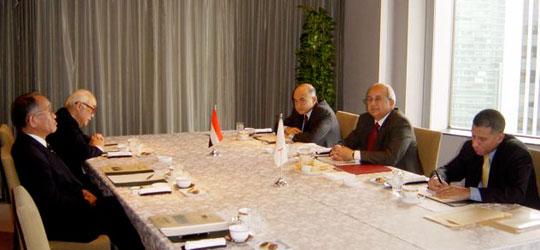朝食会に出席のセルゲディン・アレキサンドリア図書館長(右側中央)、アブデルナーセル新駐日大使(右側奥)と埴岡FEC副理事長とFEC日中東文化経済委員長代行の片倉邦雄元駐エジプト大使ら(左側)